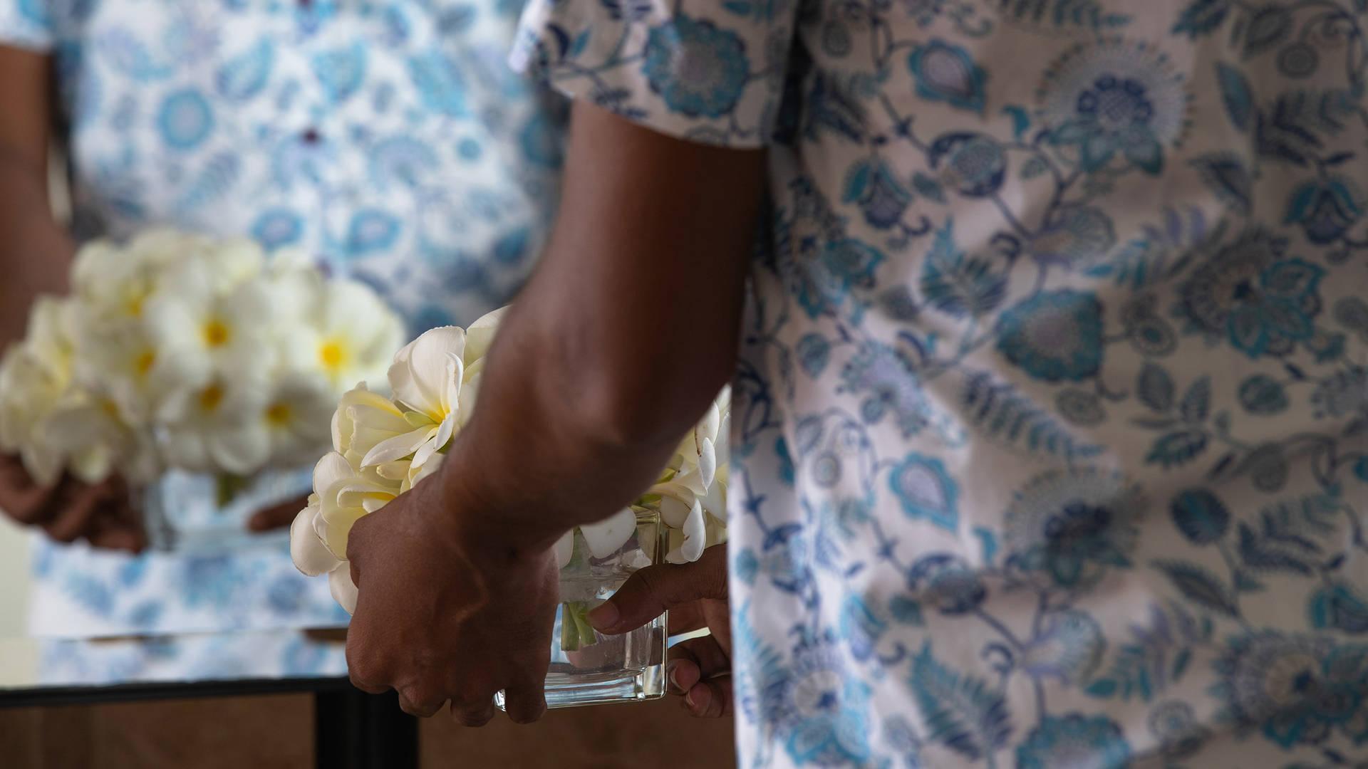 Man arranging flowers at Jumeirah Vittaveli hotel